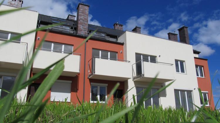 Najwyższą kondygnację w każdym budynku stanowią mieszkalne poddasza.