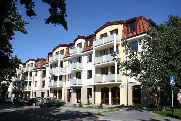 Inwestycja komponuje się z otaczającą ją zabudową mieszkaniową.