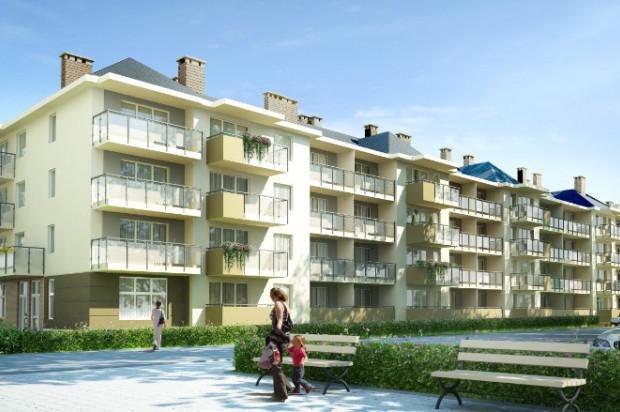 Budynki powstają na wąskiej działce między istniejącymi domami wielorodzinnymi.
