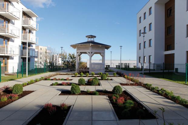 Osiedle powstaje razem z małą architekturą i zielenią osiedlową.