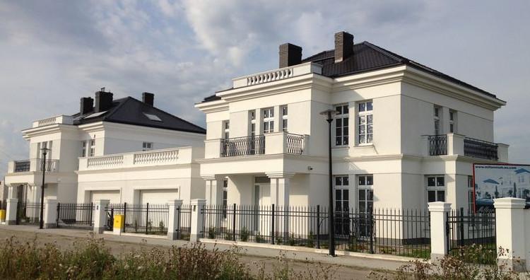 Rezydencjonalna architektura definiuje charakter budynków.