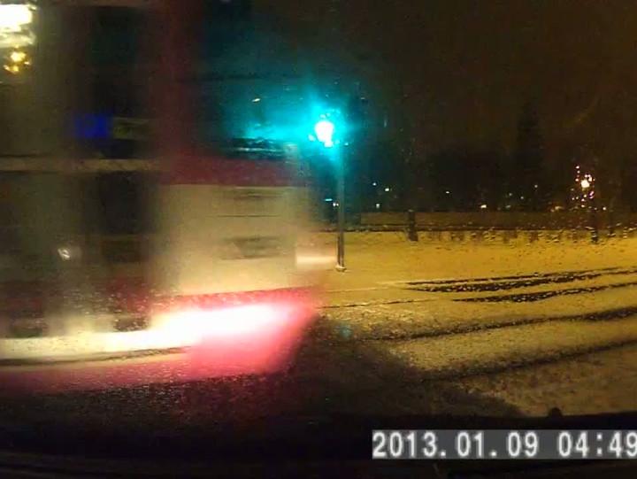 Film czytelnika. Niecodzienna sytuacja ze skrzyżowania przy ETC. Źle funkcjonująca sygnalizacja bądź pośpiech motorniczego sprawiły, że tramwaj wjechał na skrzyżowanie na czerwonym świetle.