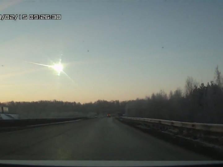 Deszcz meteorytów nad Rosją, który spadł dziś rano, ogodz. 6 naszego czasu, spowodował duże zniszczenia na ziemi.