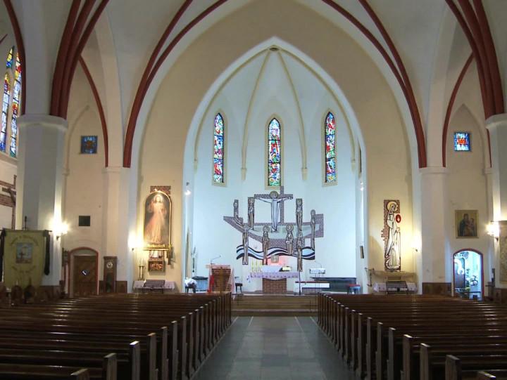 Miał wysoką na ponad 60 metrów podwójną wieżę, którą stracił w1945 roku. Zobacz historię neogotyckiego kościoła Wniebowstąpienia.