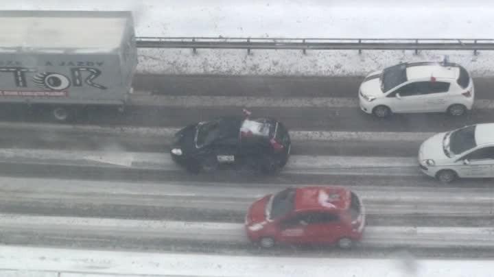 W ramach protestu przeciw nowej ustawie wprowadzającej m.in. zmiany wegzaminach na prawo jazdy, we wtorek przez Gdańsk przejechało ponad sto aut nauki jazdy