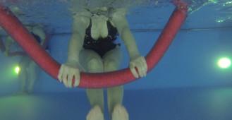 Podwodne ćwiczenia w basenie