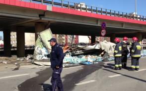 Ciężarówka uderzyła w trolejbus i spadła z estakady w Gdyni