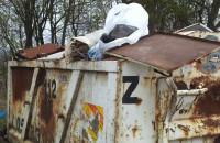 Zakaz wyrzucania śmieci, a obok...
