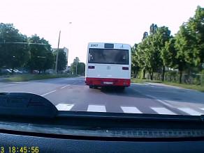 Kierowca autobusu ZKM/ZTM Gdańsk powoduje groźną sytuację na drodze.