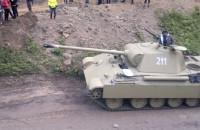 Tato, z której strony wyjedzie ten czołg?