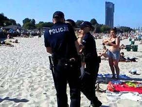 Tłum naśmiewa się z policji interweniującej na plaży