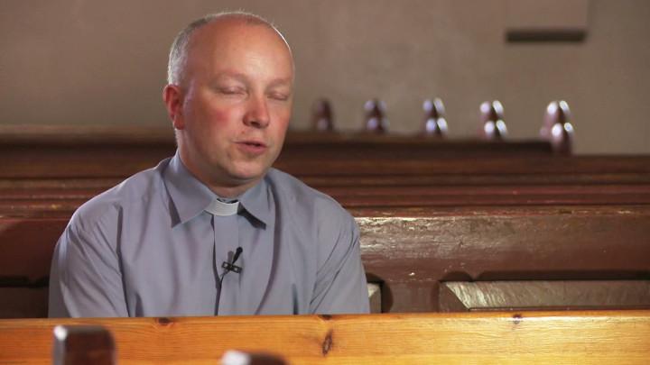 Wokół bloki zczasów PRL-u, awśród nich świątynia, której prezbiterium pochodzi zczasów średniowiecza. Zobacz kościół wGdyni Chyloni, któremu patronuje św. Mikołaj.