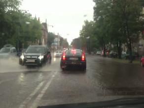 Ulewa w Sopocie i rzeka na głównej ...