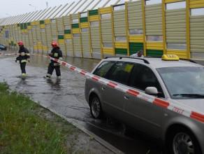 Strażacy wyciągają zalany samochód