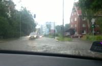 Komentowali zjazd zalaną ulicą