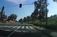 Rowerzysta przejeżdża czerwone światło