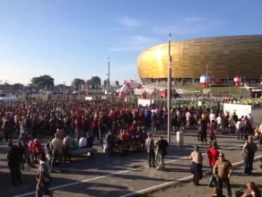 Kibice czekają na otwarcie bram stadionu