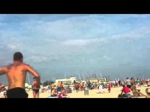 Początek bijatyki między kibicami iżeglarzami na plaży wGdyni.