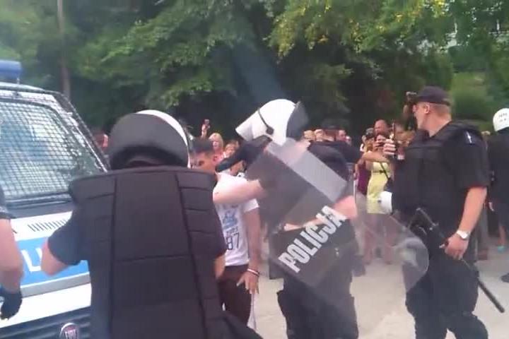 Policjanci, już po bójce, uspokajają jej uczestników.