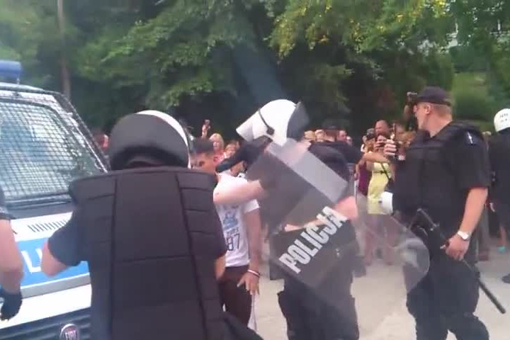Policja uspokaja Meksykanów.