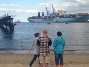 Mieszkańcy i turyści obserwują kontenerowiec