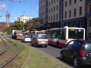 Autobusy blokujace pas ruchu