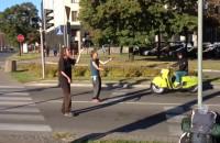 Żonglerzy zabawiają kierowców