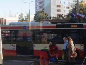 Mężczyzna wszedł przed autobus