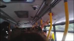 Rozrywkowy autobus w drodze do lasu