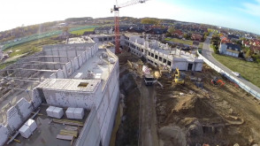 Okiem żurawia: budowa szkoły w Kokoszkach