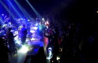 Kayah śpiewa z publicznością