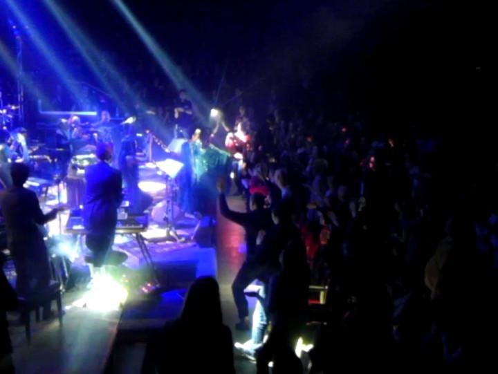 Kayah śpiewa zpublicznością