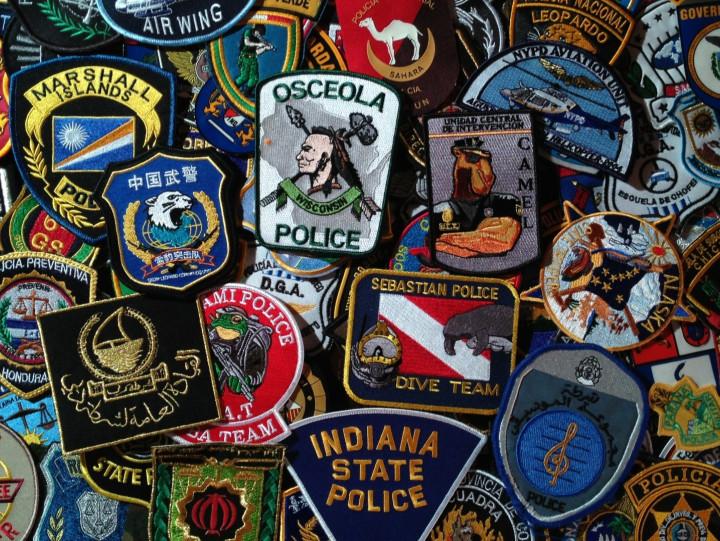 Indianin ztomahawkiem, sanie Mikołaja imuskularny wielbłąd to tylko niektóre wzory policyjnych naszywek. Zobacz kolorową kolekcję Pawła Zabrockiego zGdańska.