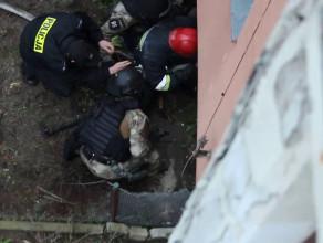 Strażacy i policjanci unieszkodliwiają szaleńca na Chełmie
