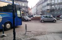 Autokar próbujący przejechać przez rondo na ul. Wajdeloty