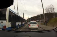 Trolejbus zepchnął auto z pasa