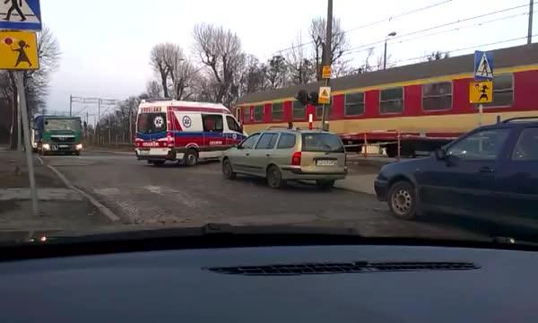 Karetka, która utknęła przed zaporami na przejeździe kolejowym wciągu ul. Smętnej.