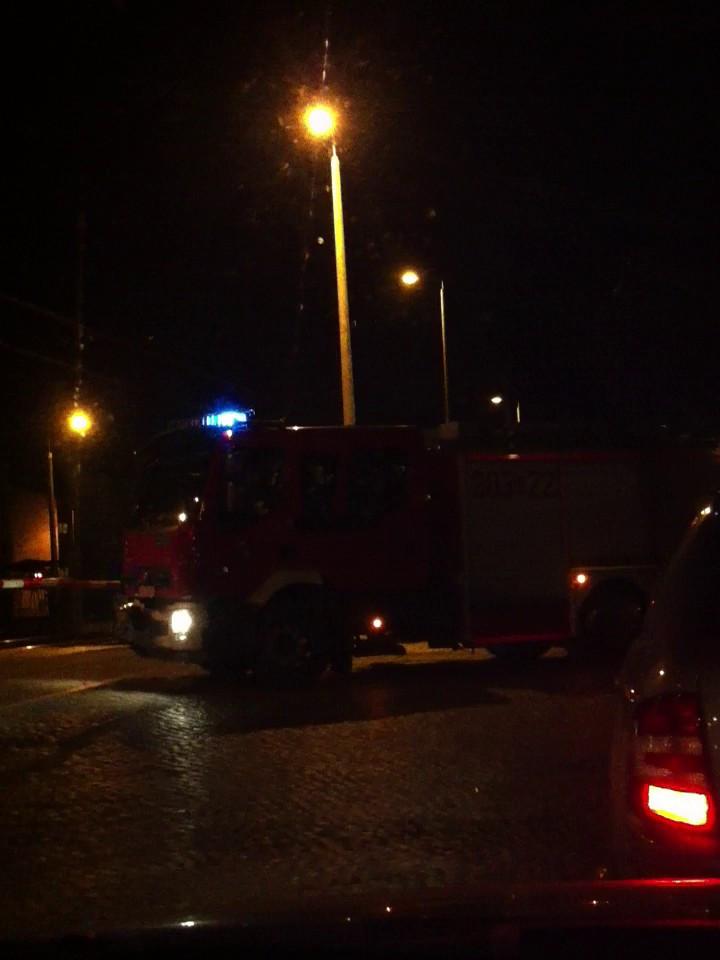 Straż Pożarna na sygnale czeka na otwarcie barier na przejeździe przez tory na Oruni Dolnej, na wysokości ul. Smętnej.