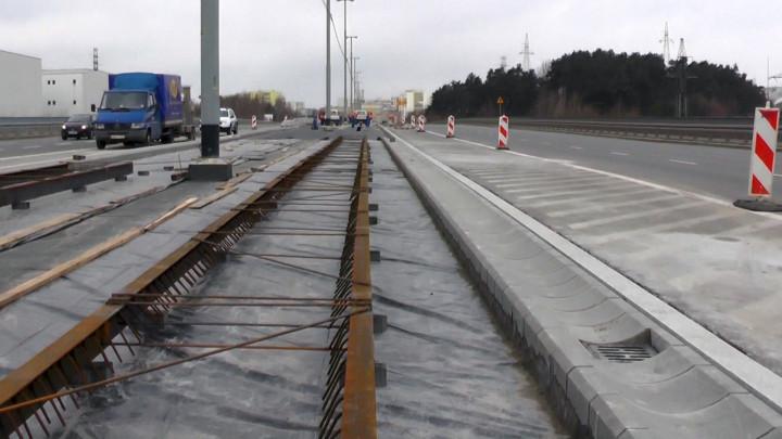 Film archiwalny. Tak wyglądała wiosna na placu budowy 3,5-kilometrowej linii zpętli na Siedlcach do przystanku PKM Brętowo.