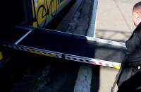 Rozkładanie i składanie rampy w zmodernizowanym pociągu SKM