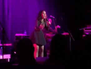 Mayra Andrade śpiewa z publicznością