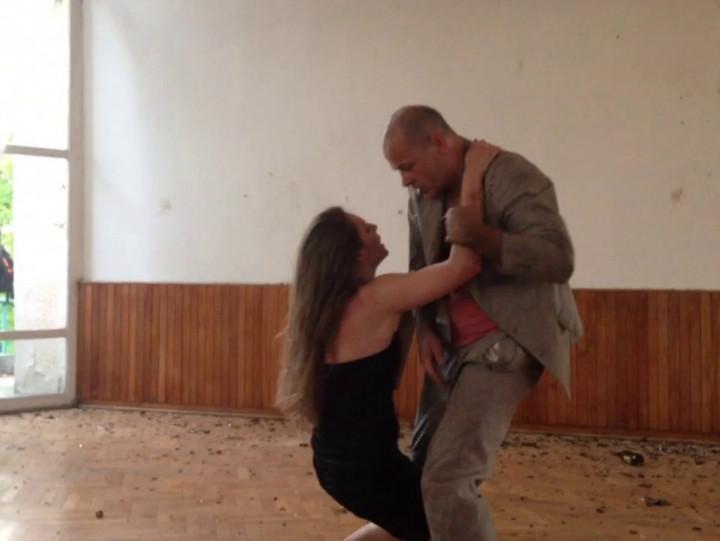 Fragment performance'u Leona Dziemaszkiewicza i Anny Steller, czyli Teatru Patrz Mi Na Usta.