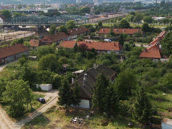 Wybudowano ją dla pilotów myśliwców, apo II wojnie światowej mieszkały wniej rodziny zWilna. Poznaj historię wiejskiej enklawy na terenie Dolnego Wrzeszcza, gdzie stoi działająca jeszcze nastawnia.