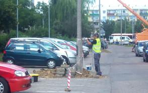 Usuwanie lampy tuż przy zaparkowanych samochodach