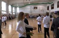 Szóstoklasiści zatańczyli poloneza na zakończenie podstawówki