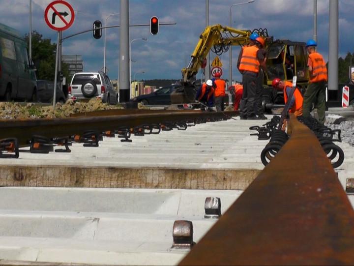 Prace torowe na budowie linii wkierunku Moreny wlipcu 2014 r.