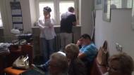 Protestujący w gabinecie profesora w UCK