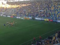 Kibice Arki dziękują piłkarzom po meczu z Panathinaikosem