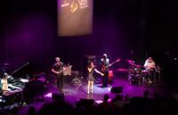 Nikki Yanofski śpiewa z publicznościa