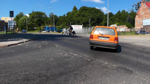 Kłopoty kierowców na ul. Podmiejskiej z rowerzystami